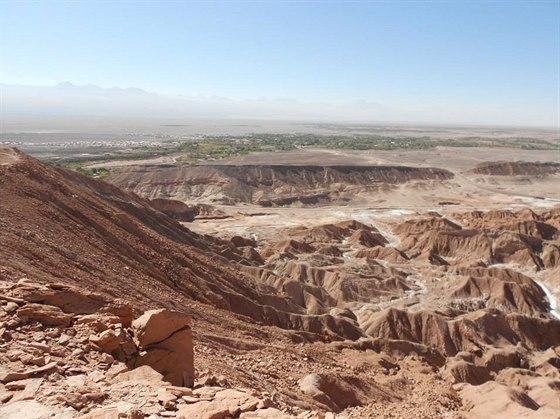 Oáza San Pedro. V popředí je Valle de la Luna, Údolí Měsíce.