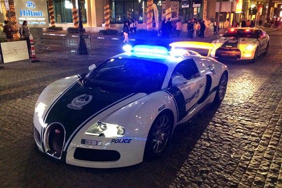 Policejní Bugatti Veyron v akci s majáky na Jumeirah Road v Dubaji. Veyron se...