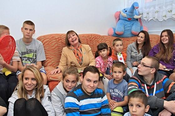 S dětmi Zatímco její manžel jedná při svých krajských cestách s politiky a