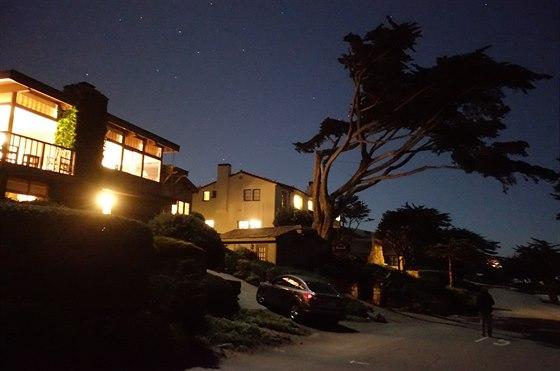 Tma jako v pytli. Hluboká noc, ulice bez veřejného osvětlení, mimo osvětlených...