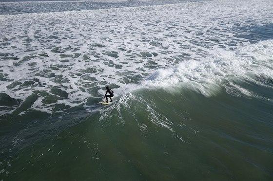 Sportovní režim doplňuje rychlé ostření objektivu. Surfaře jsme vyfotili z...