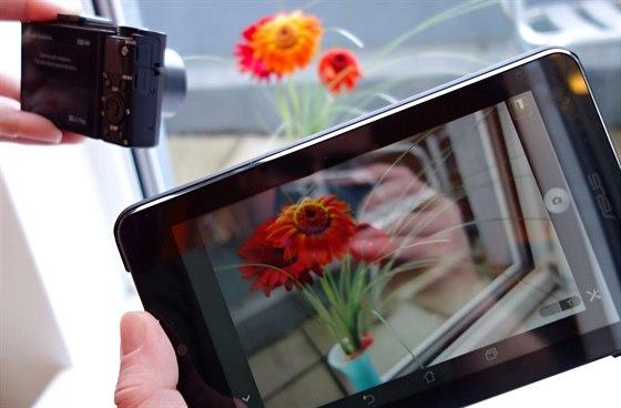 Androidí tablet v roli vzdáleného hledáčku a ovladače. Přenášený obraz je velmi...