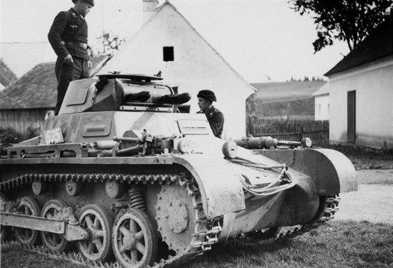 Příslušníci 2. tankové divize s typickými tankistickými uniformami s černým baretem u jednoho ze svých strojů, který měl být v říjnu 1938 nasazen v rámci úderných svazků 14. armády.