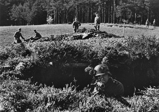 Příslušník 9. pěší divize pózuje po obsazení pohraničí s kulometem MG 34 v jednom z polních objektů, které si vybudovaly čs. jednotky Stráže obrany státu v Novohradských horách.