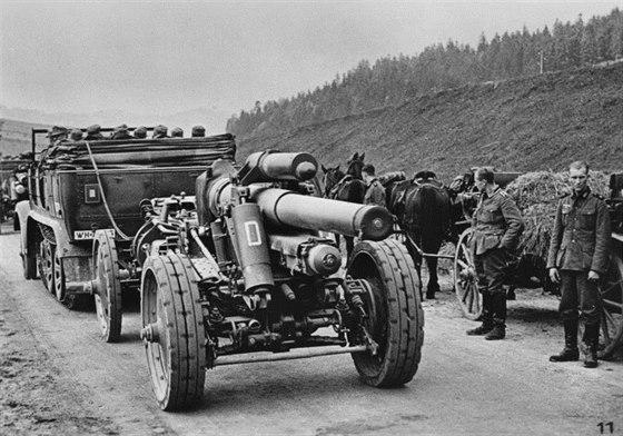 Některé prvosledové úderné divize 12. armády byly pro zvýšení bojové hodnoty zesilovány oddíly těžkého dělostřelectva, které mělo především za úkol podporu úderných jednotek pěchoty při útoku na čs. lehké opevnění. Tyto 15cm houfnice by ve skutečném boji měly za úkol ničit řopíky u Třeboně.