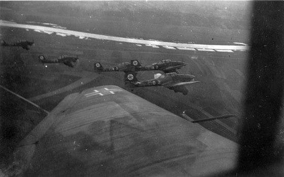 """Němci počítali ve válce s ČSR i s použitím bitevního letectva, pro jehož nasazení byly v létě 1938 vypracovány instrukce. Opakované nálety nechvalně proslulých """"Štuk"""" a bitevníků Hs 123 měly především podlamovat morálku čs. vojáků a obyvatelstva. Snímek pořízený opět v roce 1938 zachycuje stroje, které by byly v případě války nasazeny proti cílům v jižních Čechách."""