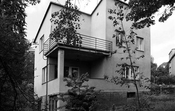 Pohled na funkcionalistickou vilu, stav před rekonstrukcí v r. 2009. Původním