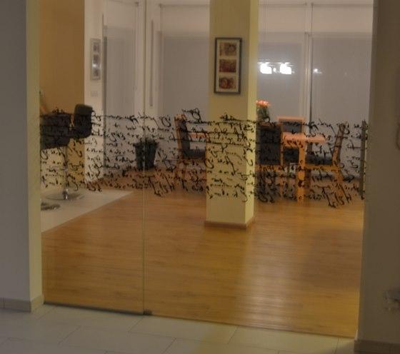 Ob�vac� pokoj spojuje se vstupn� halou pom�rn� velk� stavebn� otvor, kter�m