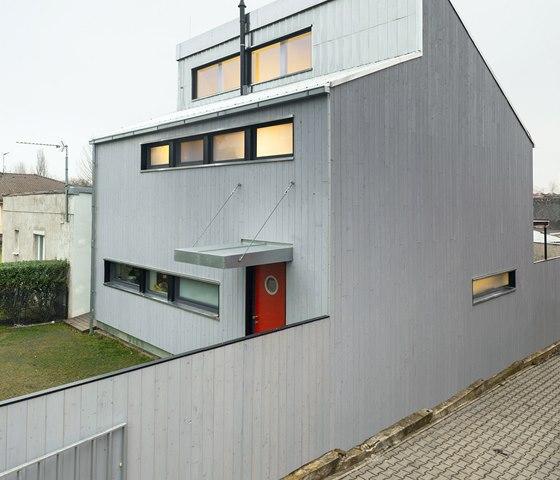 Na fasádu použil autor projektu kombinaci hliníku a modřínové fasády natřené na
