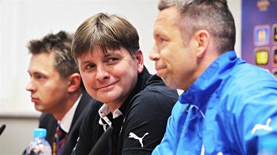 ÚSMĚVY PŘED BITVOU. Plzeňský trenér Dušan Uhrin mladší (uprostřed) a záložník...