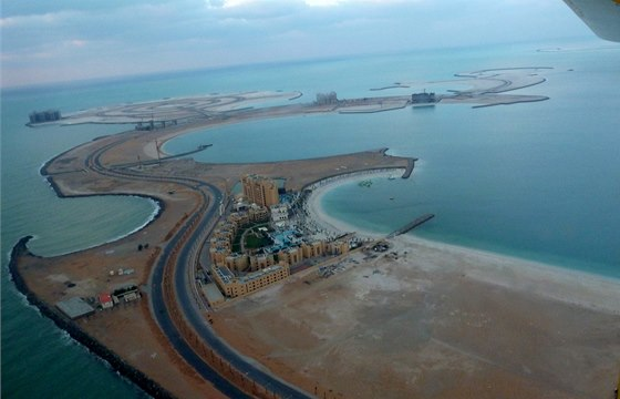 Pohled na emirát Ras al Khaimah z malého motorového letadla