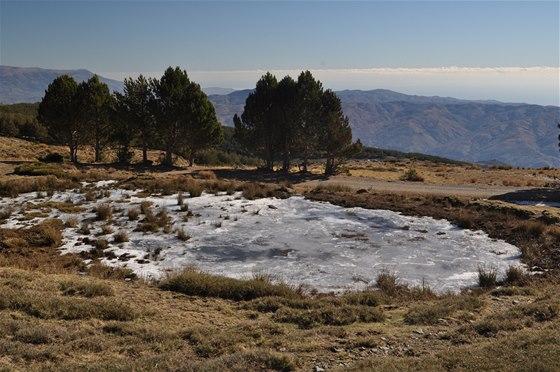Zamrzlé jezírko u nejvyššího bodu trasy z Capileiry do Trevélezu