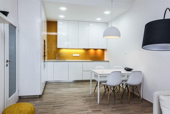 V obýváku s kuchyní o velikosti 25 metrů čtverečních je dřevěná podlaha v...