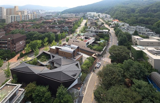 Dům leží v elegantní a luxusní rezidenční čtvrti jihokorejského města Songnam.