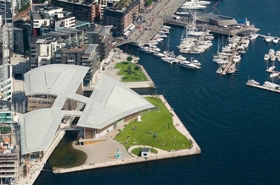 Letecký pohled na Oslo. V popředí je budova muzea moderního umění Astrup...
