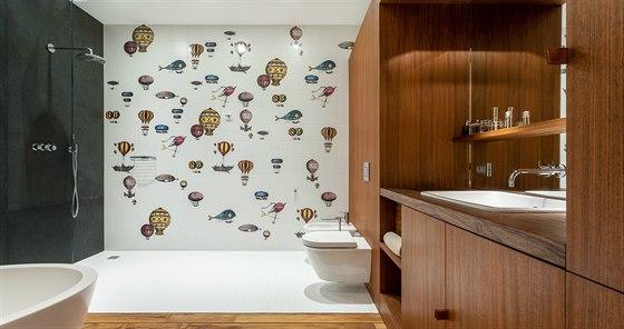 Ve velké koupelně jsou obklady s motivy horkovzdušných balonů.