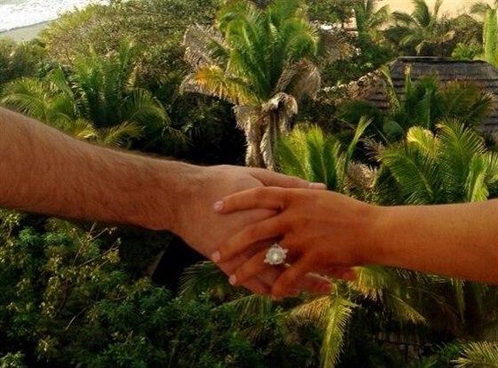 Christina Aguilera se pochlubila zásnubním prstenem (14. února 2014).