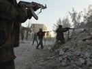 Syrští povstalci v boji vládními jednotkami v Aleppu (7. února 2014)