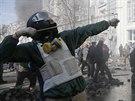 Ukrajinský protivládní demonstrant střílí prakem po policejních kordonech (18....