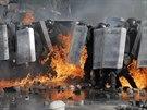 Rozhořčení Ukrajinci metali po policistech Molotovovy koktejly (18. února 2014)