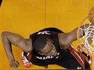 Chris Bosh z Miami zakon�uje v utk�n� proti Phoenixu.