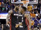 PL�CNEME SI. LeBron James (vlevo) a Norris Cole z Miami.