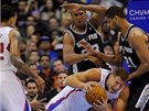 NEPUSTÍM. Pád Blakea Griffina z LA Clippers sledují Boris Diaw a Tim Duncan