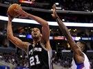 Tim Duncan ze San Antonia zakončuje, stínuje  DeAndre Jordan z LA Clippers.