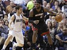 LeBron James (vpravo) z Miami dribluje pod dohledem Joseho Calderona z Dallasu.