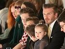 """Přehlídku bývalé """"spajsky"""" z první řady sledoval její manžel David Beckham,..."""