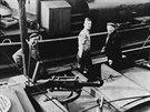 """Vlek RŽ """"R2"""" vjíždí do plavební komory v Hoříně s člunem """"BMES-ČMPL 557"""", kolem..."""