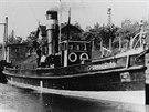 """Vlečný parník """"P 19"""" v plavební komoře v Dolánkách v šedesátých letech. V..."""