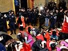 Část zadrřených při policejním zásahu proti nevěstincům v Číně (Tung-kuan, 9.