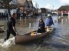 V Datchetu se rozvodněná Temže nevyhnula ani středu města (10. února 2014)
