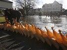 Lidé se velké vodě brání stavěním baríkád z pytlů s pískem (Datchet, 10. února