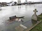 Rozvodněná Temže zaplavila hřbitov u kostela Všech svatých v Marlow (10. února