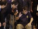 Alvarenga vyčerpaně gestikuluje za přítomnosti salvádorského ministra zahraničí...