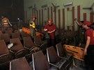 Zdemolovaný sál po granátovém útoku, který zabil 10 lidí (11. února 2014).