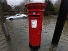 Poštovní schránka uprostřed zaplavené ulice ve Wraysbury (12. února 2014).