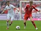 KDO S KOHO? Vladimír Darida z Freiburgu (vlevo) a Toni Kroos z Bayernu Mnichov.
