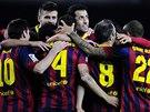 Fotbalist� Barcelony oslavuj� jeden z �esti g�l�, kter� nas�zeli do s�t�