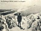 Lyžař v Krušných horách na počátku 20. století. V pozadí Klínovec