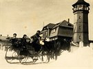 Výletníci na saních na vrcholku nejvyšší hory Krušných hor. Fotografie z...