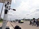 Na rozdíl od policistů mají roboti na křižovatkách respekt a místní řidiči se...