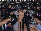 Policisté na snímku nedaleko sídla thajské vlády nabírají síly před akcí s...