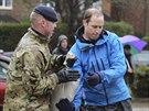 Se stavěním hrází na jihu Anglie pomáhal i princ William (14. února 2014).