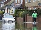 Jeden z obyvatel města Egham se brodí ve vodě poté, co se řeka Temže vylila z...