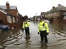 Voda zaplavila ulice anglického města Egham poté, co se vylila z koryta řeka...