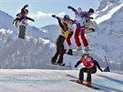 Eva Samková (vpravo dole) suverénně ovládla olympijský snowboardcross a dojela...