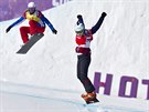 Eva Samková (vpravo) vybojovala ve snowboardcrossu zlatou olympijskou medaili....